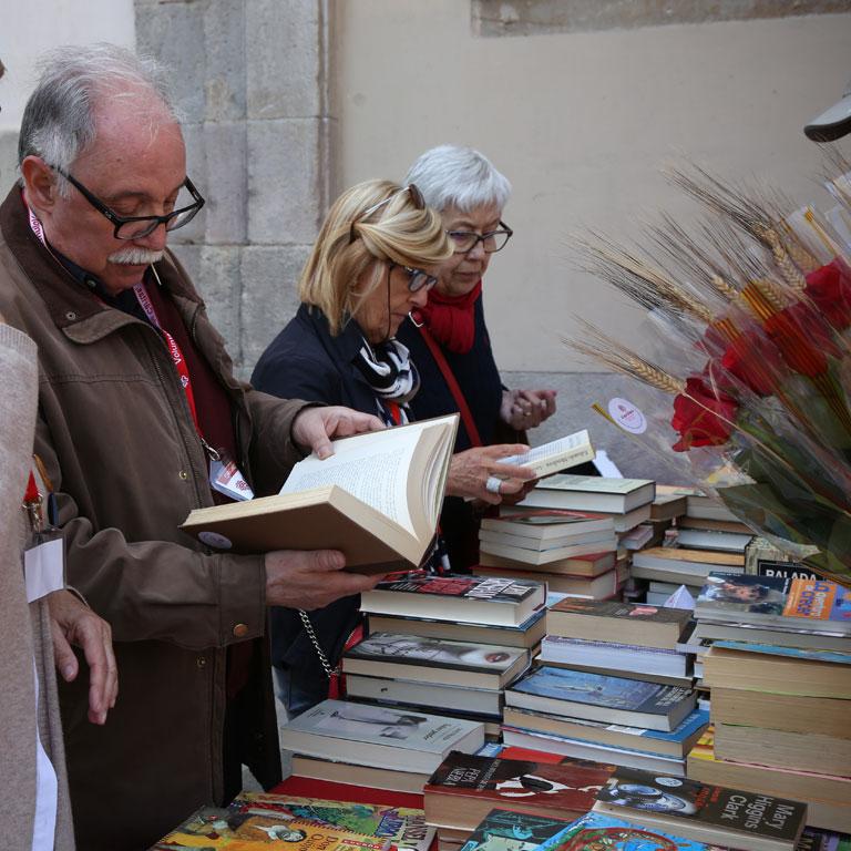 sant-jordi-caritas-barcelona-llibres-roses-catedral